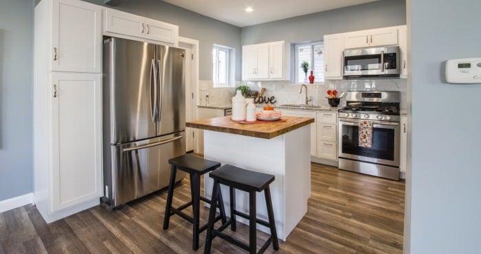 Une cuisine avec une mise en scène douce avant une séance photo.