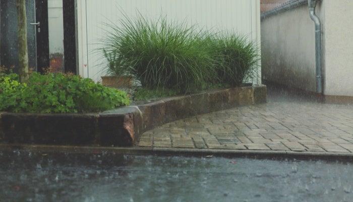 Une maison par temps de pluie avant de prendre des photos immobilières.