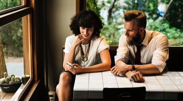 Un agent examine les plans de photographie immobilière avec un vendeur.