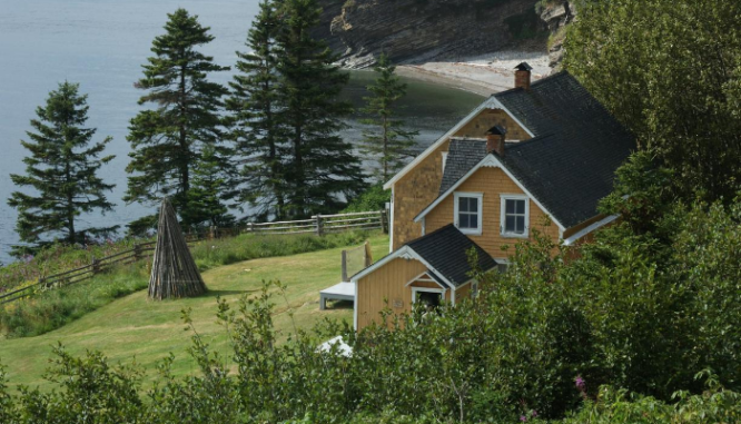 A photo of a house illustrates the topic of buying a bank owned foreclosure.
